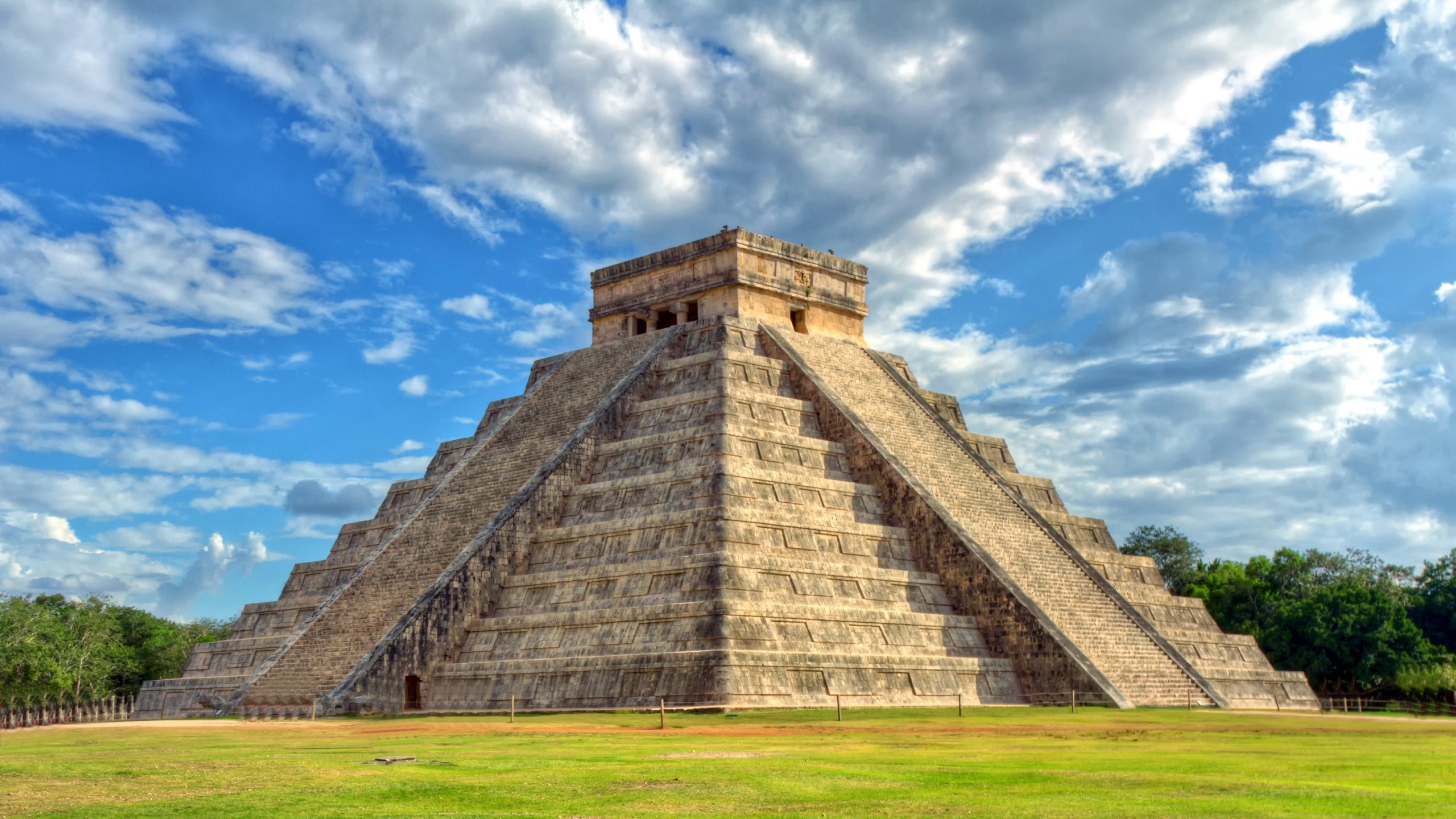 Mayan pyramid of Kukulcan El Castillo in Chichen Itza, Mexico